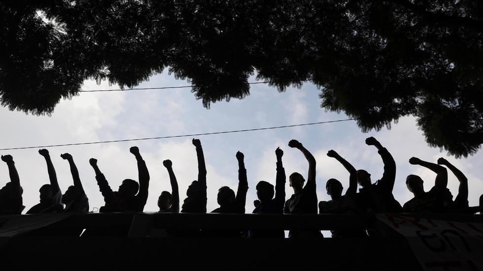 Padres y familiares de algunos de los 43 estudiantes de Ayotzinapa, así como estudiantes de la normal rural Isidro Burgos, encabezan un mitin este 25 de septiembre frente a la sede de la Fiscalía General de la República, en Ciudad de México, México.