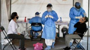 Trabajadores sanitarios realizan test de antígenos en la Ciudad de México, el 12 de febrero de 2021