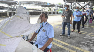 Unos taxistas se someten el 20 de abril de 2020 en Guangzhou, China, a pruebas de ácido nucleico para detectar posibles casos de coronavirus