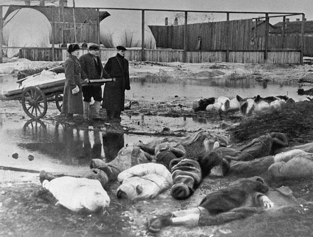 The bodies of dead Leningraders are carried to Volkovo cemetery in October 1942.