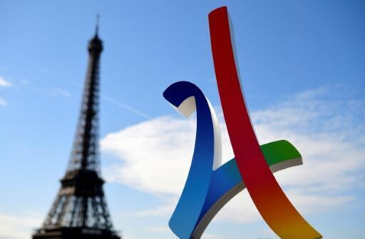 Logo des Jeux Olympiques de 2024 devant la Tour Eiffel, photographié le 13 mai 2017