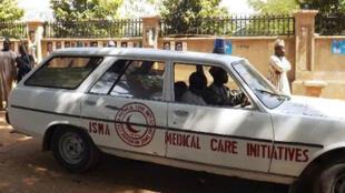 سيارة إسعاف تنقل جرحى أصيبوا في هجوم انتحاري في نيجيريا، في 1 كانون الثاني/يناير 2015