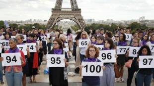 Une centaine de militantes du collectif #NousToutes se sont rassemblées devant la Tour Eiffel, le 1er septembre, pour dénoncer le 100e féminicide de l'année 2019.