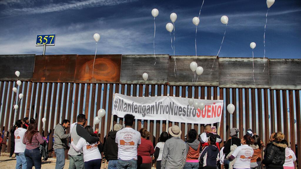 """Los familiares separados por el muro fronterizo entre México y los Estados Unidos se reúnen durante el evento """"Mantenga nuestro sueño vivo"""", en Ciudad Juárez, estado de Chihuahua, México, el 10 de diciembre de 2017."""