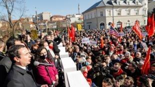 """زعيم حزب """"فيتيفيندوسيي"""" ألبين كورتي (يسار) والرئيسة بالإنابة فيوسا عثماني يتحدثان أمام أنصارهما أثناء تجمع في اليوم الأخير من الحملة الانتخابية في بريستينا في كوسوفو في 12 شباط/فبراير 2021."""