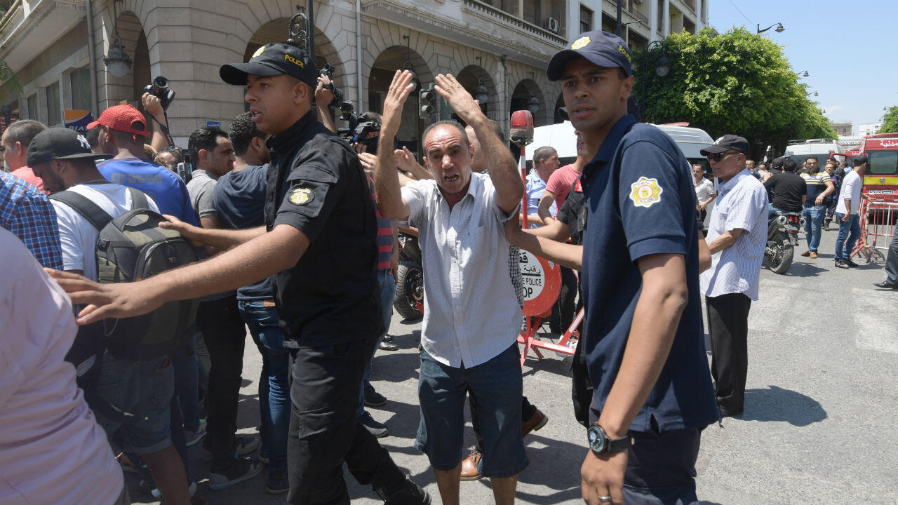 Fuerzas de seguridad tunecinas en la avenida principal de la capital tunecina, Habib Bourguiba, el 27 de junio de 2019. Dos terroristas suicidas atacaron a la policía y la guardia nacional en la capital tunecina, matando a un oficial de policía e hiriendo al menos Ocho personas, entre ellas varios civiles, según el ministerio del Interior.