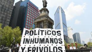 """Grande bannière fustigeant la classe politique """"inhumaine et irresponsable"""" au centre de la ville de Mexico, le 30 juin 2018."""