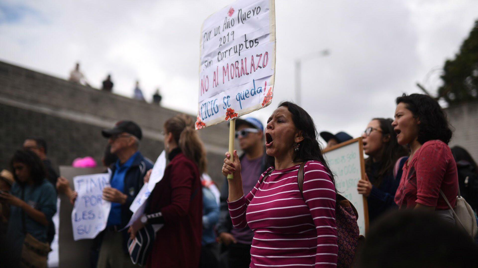 Decenas de manifestantes protestaron en rechazo al impedimento de acceso de investigadores de la Comisión Internacional Contra la Impunidad en Guatemala (Cicig) en el Aeropuerto Internacional La Aurora, en Ciudad de Guatemala, el 6 de enero de 2019.