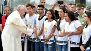 Imagen de archivo. Jóvenes dan la bienvenida al papa Francisco durante su llegada a Santiago, Chile, el 16 de enero de 2018.