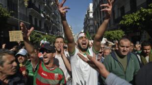 Des manifestants algériens défilent à Alger contre le gouvernement, le 28 février 2020
