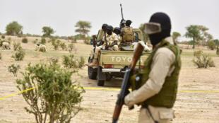 L'armée nigérienne patrouille dans un camp de personnes déplacées près de Diffa, le 16 juin 2016, à la suite d'attaques de Boko Haram dans la région.