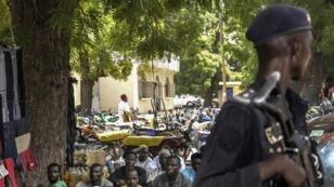 Un policier camerounais patrouille à Maroua, près de la frontière avec le Nigeria, le 16 septembre 2016.