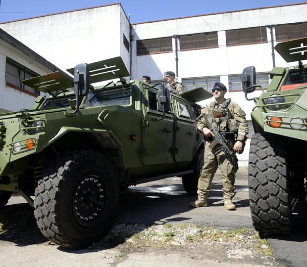 Miembros de las fuerzas de seguridad de Argentina se paran junto a los vehículos blindados en la presentación del equipo de seguridad que se utilizará en la Cumbre del G20, en Buenos Aires, Argentina , 16 de noviembre de 2018.