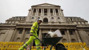 Un obrero empuja una carretilla con escombros delante del Banco de Inglaterra, en Londres, el 17 de junio de 2020