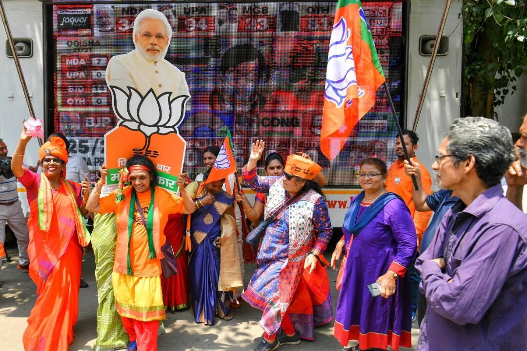 Varios simpatizantes del partido Bharatiya Janata (BJP) mientras celebraban los resultados de las elecciones generales de la India en Bangalore el 23 de mayo de 2019.