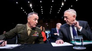 وزير الدفاع الأمريكي جيم ماتيس وجوزيف دانفورد رئيس هيئة الأركان المشتركة الأمريكية، 26 نيسان/أبريل 2018.