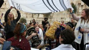 Mercredi 3 novembre, des juifs libéraux réclament la possibilité de prières mixtes devant le mur des Lamentations.