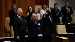 El presidente cubano, Miguel Díaz Canel, el líder del Partido Comunista de Cuba, Raúl Castro, y el presidente de la Asamblea Nacional, Esteban Lazo, durante la promulgación de la nueva Constitución. La Habana, Cuba, el 10 de abril de 2019.