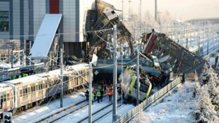 Socorristas trabajan para rescatar a las personas atrapadas entre los restos de un choque de tren a 8 km. de Ankara, Turquía, el 13 de diciembre de 2018.