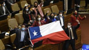 Diputados chilenos celebran la aprobación de la ley re retiro de fondos privados de pensiones, el 23 de julio de 2020 en Santiago