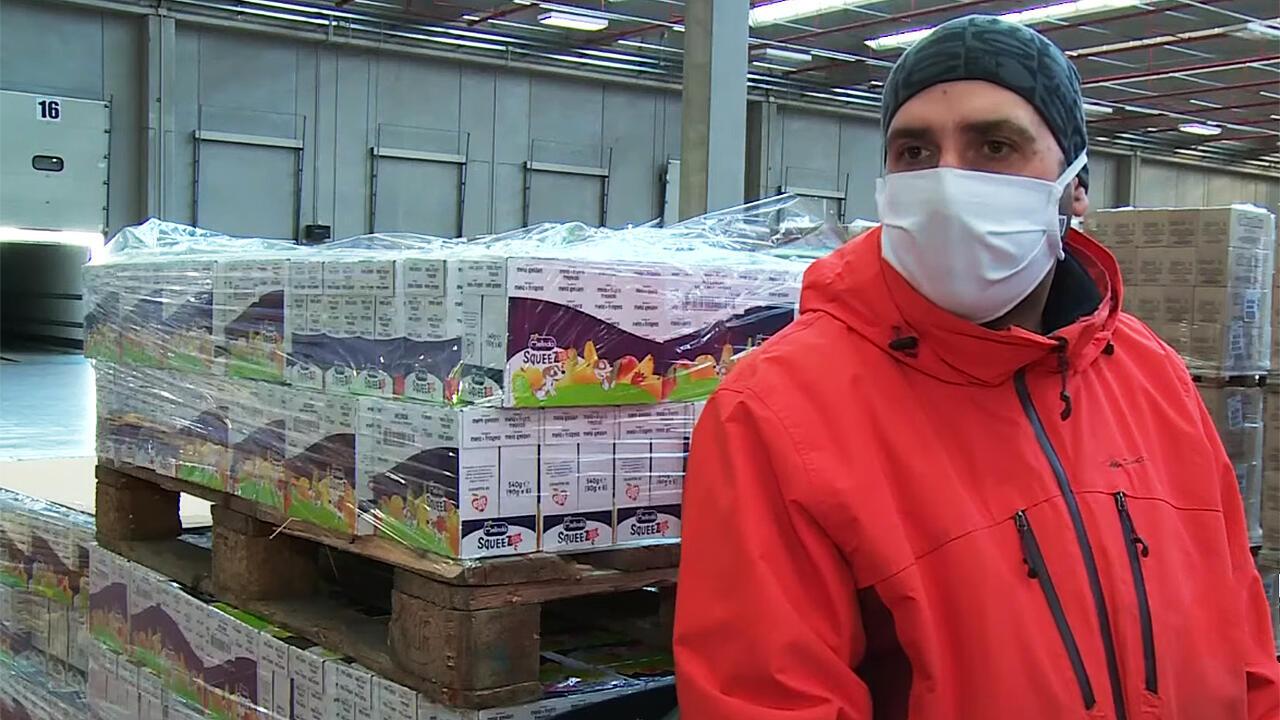 Gianluca Mirra es uno de los empleados de la Sociedad de Supermercados CE.DI. Gros en Roma, Italia, que abastece los alimentos en tiempos del Covid-19.