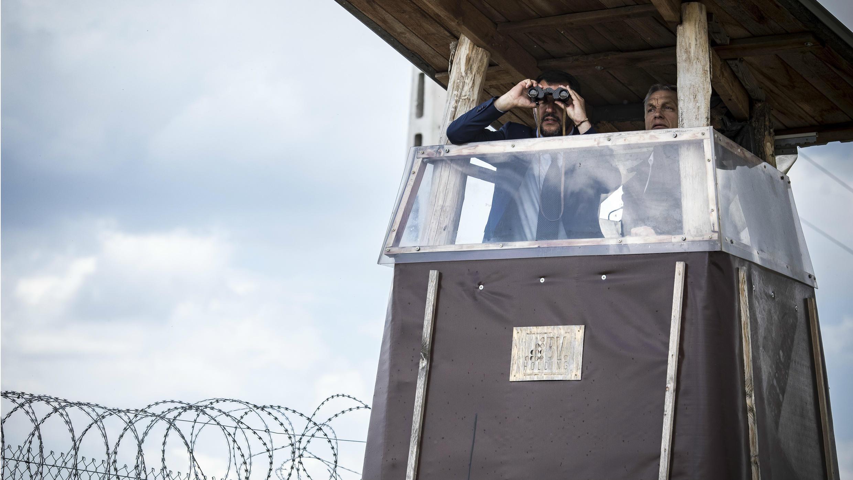Foto publicada por la oficina de prensa del primer ministro húngaro, Victor Orbán, durante la visita del viceprimer ministro y ministro del Interior italiano, Matteo Salvini, cerca de la valla en la frontera húngaro-serbia, en el pueblo de Roszke.