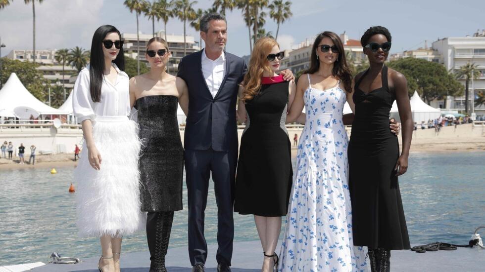 Festival de Cannes edición 71. Fan Bingbing, Marion Cotillard, Jessica Chastain, Penélope Cruz, Lupita Nyong'o y el director Simon Kinberg, posan ante la cámara.