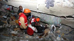 Des secours kényans tentent de retrouver des personnes ensevelies sous les décombres de l'immeuble qui s'est effondré à Nairobi, vendredi 29 avril 2016.