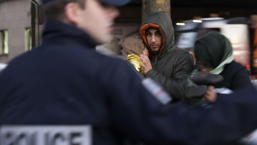 La police et des représentants de la ville de Paris ont procédé à l'évacuation du camp de migrants de la Porte de Saint-Ouen vendredi 2 octobre.