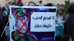 ليبيون في طرابلس يتظاهرون ضد المشير حفتر، في 12 أبريل/نيسان 2019.