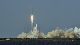 La fusée Falcon 9 de la société SpaceX, vendredi 8 avril 2016, lors de son décollage.