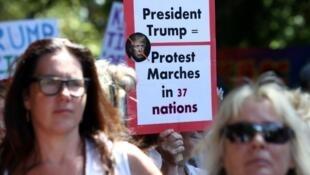 نساء يتظاهرن في مدينة سيدني الأسترالية ضد الرئيس الأمريكي الجديد دونالد ترامب عقب تنصيبه في 21 ك2/يناير 2017