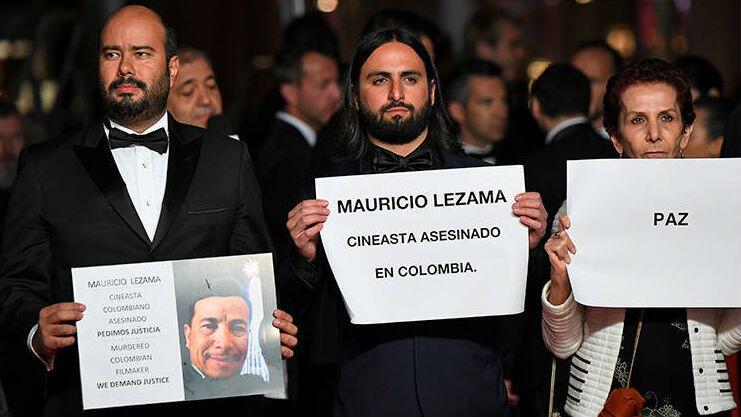 Ciro Guerra, Franco Lolli y parte de la delegación colombiana en Cannes sostuvo carteles de protesta contra el asesinato de Mauricio Lezama