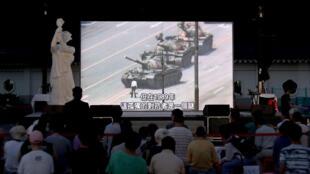 Un grupo de personas, en Taiwán el 4 de junio de 2019, observan un video durante la conmemoración del aniversario número 30 de la masacre de Tiananmen.