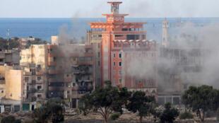 Des immeubles endommagés après des combats près de la ville libyenne de Benghazi, où ont été retrouvés les corps de cinq journalistes.