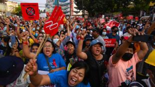 Des manifestants birmans, à Rangoun, le 15 février 2021.