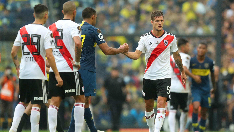 Ramón Ábila (Boca) y Bruno Zuculini (River) estrechan sus manos tras la igualdad 2-2 en la primera final de la Copa Libertadores, en Buenos Aires, el 11 de noviembre de 2018.