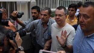 El pastor estadounidense Andrew Brunson saluda al llegar a su casa después de haber sido liberado de la prisión en Esmirna, Turquía, el 25 de julio de 2018.