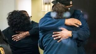 Gente se abraza después de saber que su ser querido salió a salvo de un tiroteo masivo en las instalaciones de FedEx en Indianápolis, Indiana, EE. UU., 16 de abril de 2021.