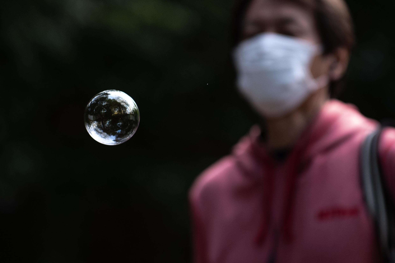 مواطن ياباني يرتدي كمامة طبية واقية من فيروس كورونا. 19 أبريل/نيسان 2020.