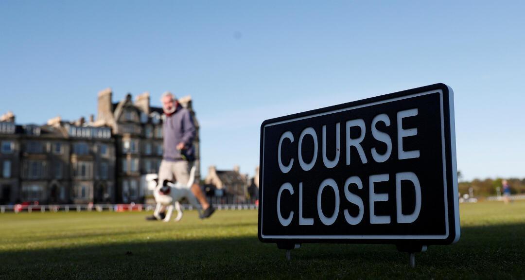 Un cartel indica que un campo de golf está cerrado en Fife, Escocia, Reino Unido, el 13 de mayo de 2020.