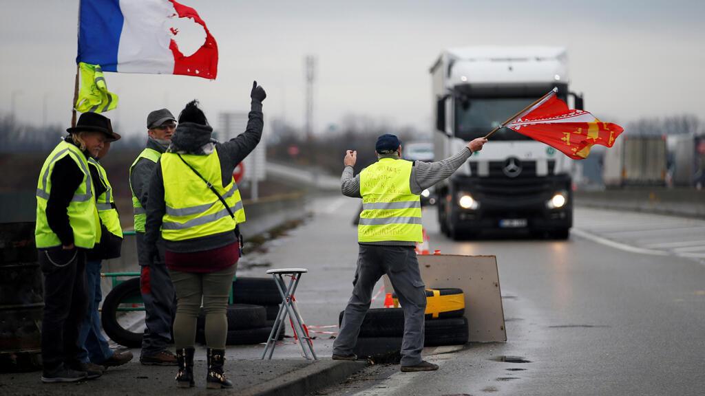 Un grupo de 'chalecos amarillos' ocupan una rotonda en Roppenheim, Francia, el 6 de diciembre de 2018.