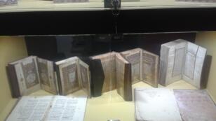 كتب نادرة ومخطوطات قديمة معروضة في معرض الشارقة الدولي للكتاب