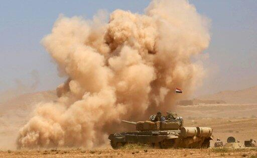 دبابة للقوات العراقية ودخان يتصاعد خلال التقدم في اتجاه تلعفر في 20 آب/أغسطس 2017