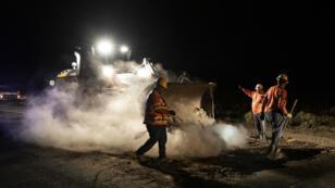 Operarios arreglan una carretera después del terremoto que hizo temblar California la novhe del viernes 5 de julio