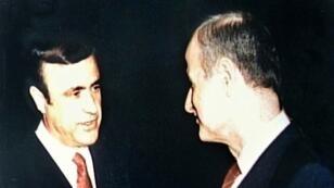 الرئيس الراحل حافظ الأسد (يمين) وشقيقه رفعت في 1986 في لندن.