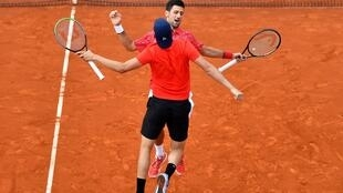 "Le 12 juin 2020 Novak Djokovic and Filip Krajinovic se congratulent en exécutant un ""chest bump"" lors d'un match d'exhibition en double, a vocation caritative, à Belgrade."