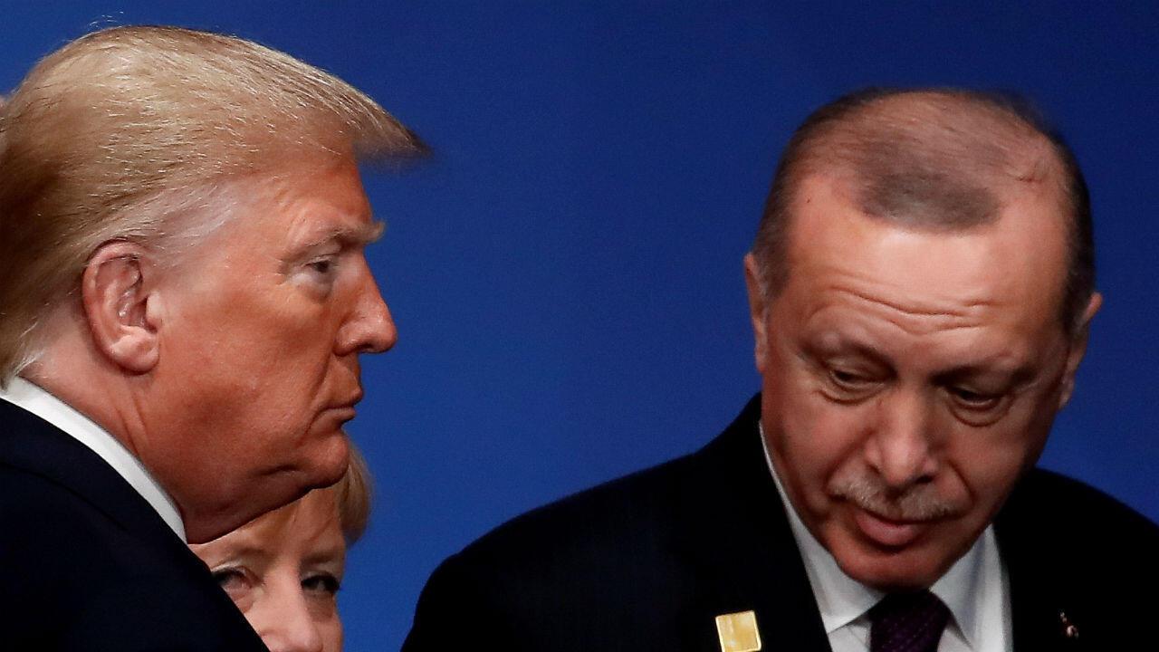 El presidente Donald Trump, el presidente de Turquía, Tayyip Erdogan, asisten a una foto familiar en la cumbre de líderes de la OTAN en Watford, Gran Bretaña, el 4 de diciembre de 2019.