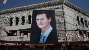 صورة عملاقة للرئيس السوري بشار الأسد في دوما، بالقرب من دمشق، 17 سبتمبر/ أيلول 2018.