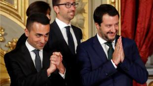 El viceprimer ministro Luigi Di Maio del Movimiento Cinco Estrellas junto al vicepresidente del Consejo de Ministros Matteo Salvini de la Liga, después de una ceremonia de juramentación en el palacio del Quirinal en Roma, Italia , el 1 de junio de 2018.